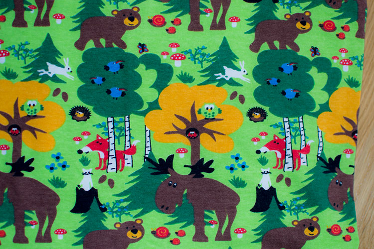 Björnar och älgar i skogen