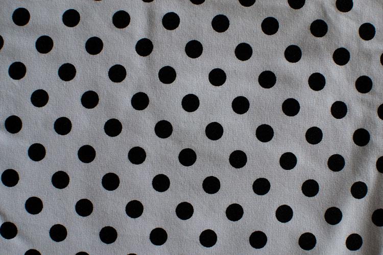 Vitt med svarta prickar